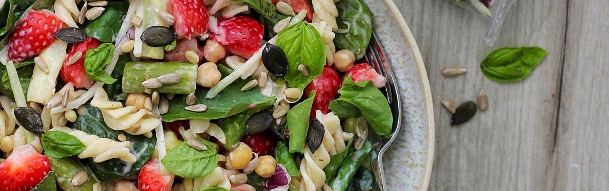 Frühlingshafter Nudelsalat mit Spargel, Erdbeeren & Tahini-Dressing