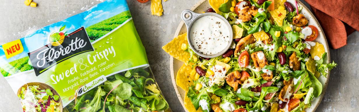 Mexikanischer Salat mit Bohnen und Tortilla Chips