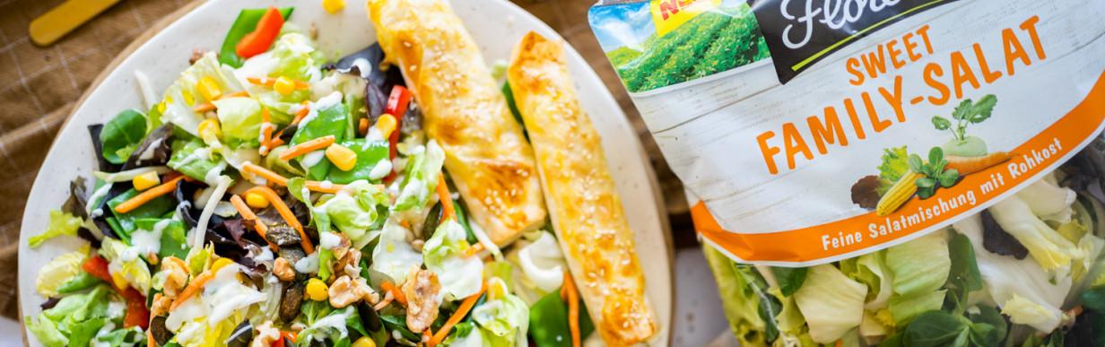 Bunter Salat mit Fetaröllchen aus Yufkateig