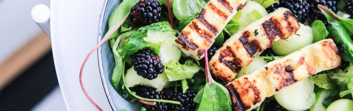 BBQ-Hähnchenfilet mit Brombeer- und Wassermelonensalat