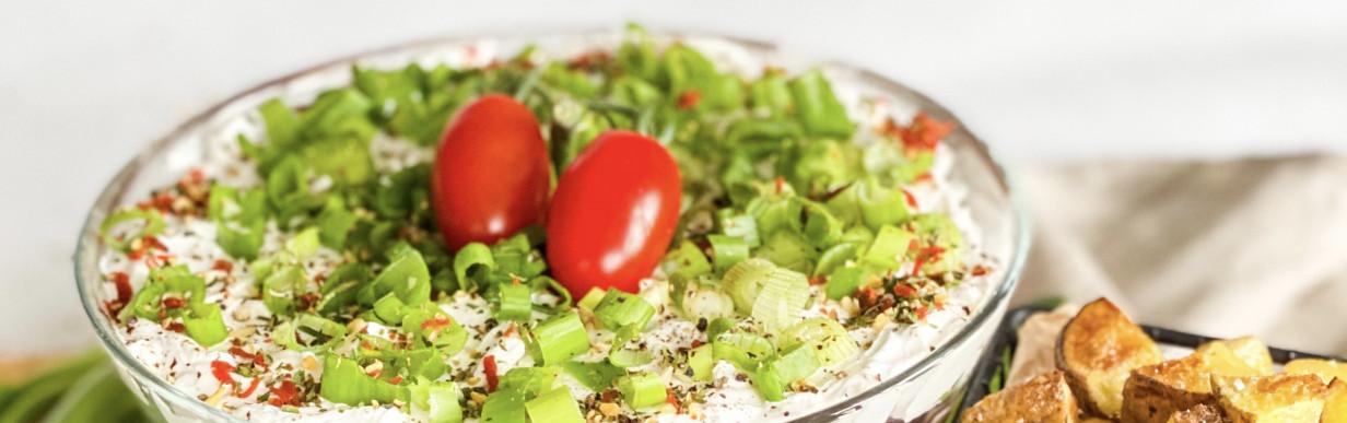 Veganer Sommer Genuss-Schichtsalat mit Gemüse, Sahne & Käse