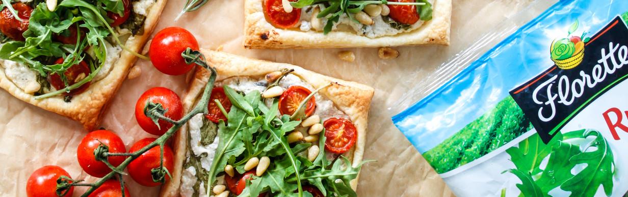 Blätterteig Häppchen mit Ricotta, Tomaten und Rucola