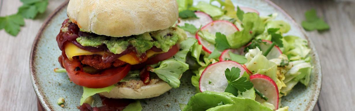 Veganer Burger mit Avocado